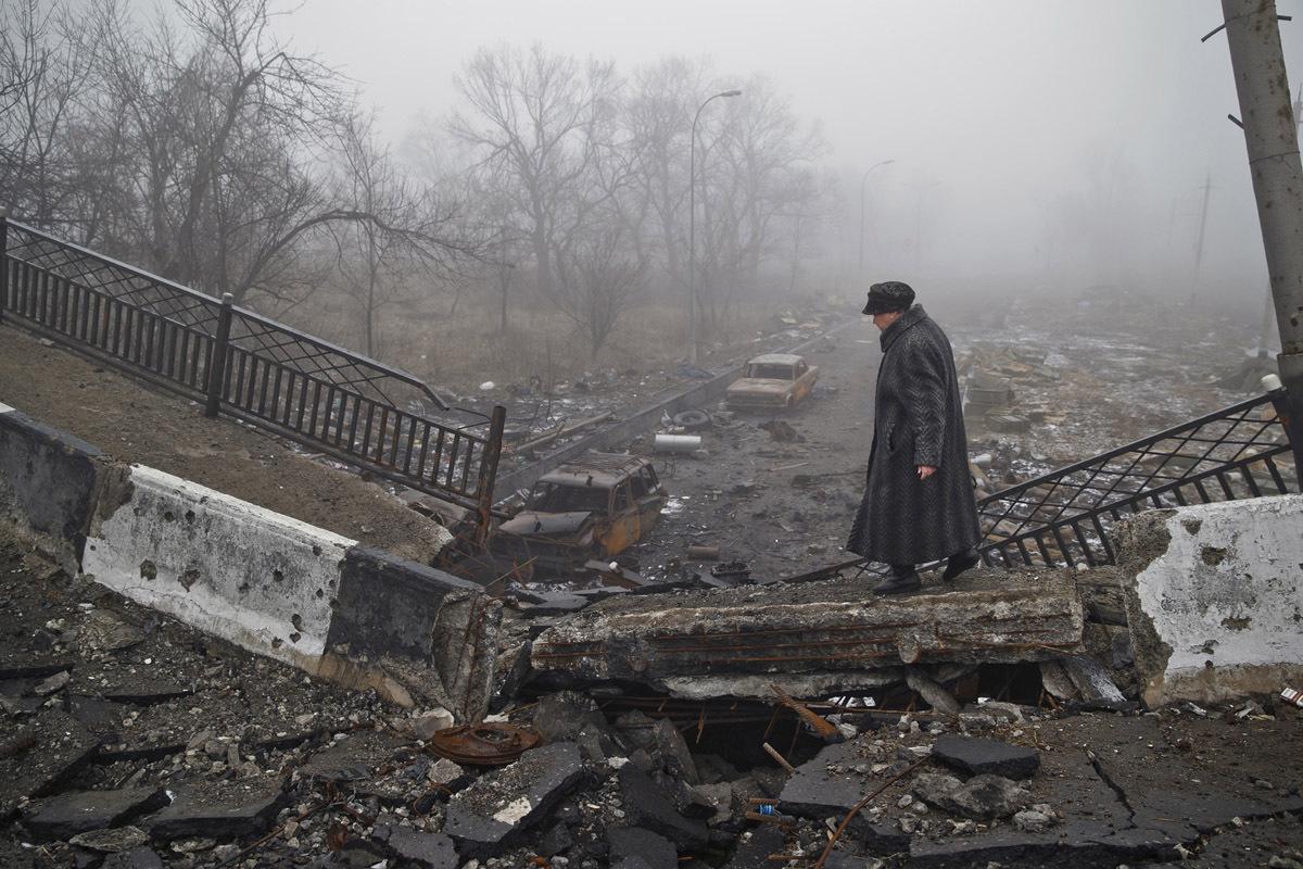 Очень похоже, что под «краем подземных нор и рукотворных гор» подразумевается Донецк с его угольными