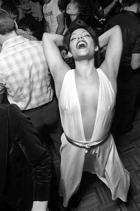 Женщина отрывается на танцполе одного из клубов Нью-Йорка, около 1976 года.