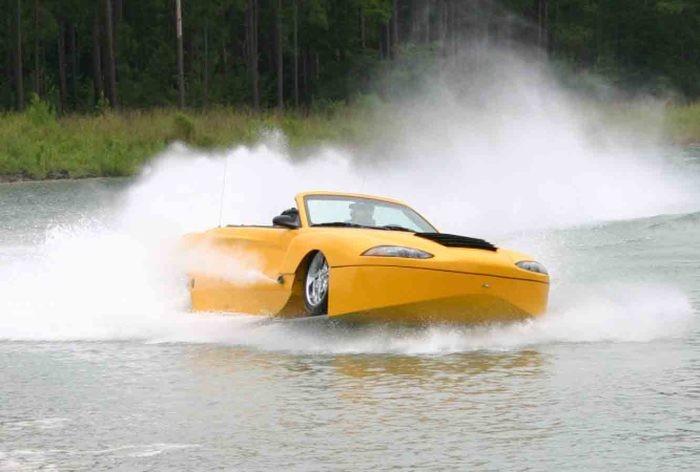 Эта машина – гибрид гоночного кара и моторной лодки. Авто весит 3300кг и оснащена 6-ти литровы