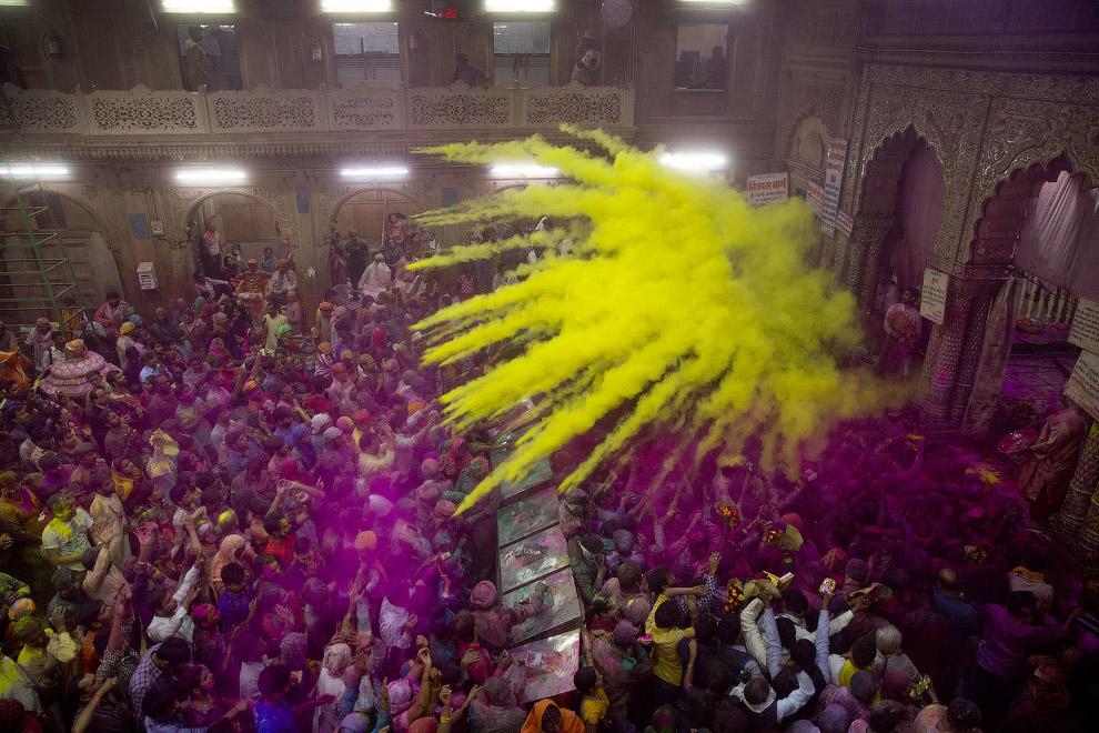 4. Цветные порошки разбрасываются тоннами. Остается только беречь глаза. Калькутта, Индия, 9 ма
