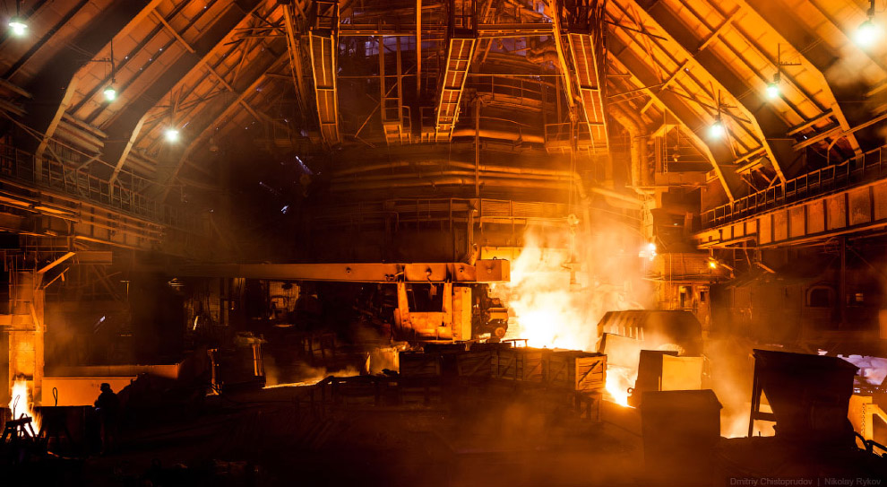 В таком режиме руда проходит весь путь сверху вниз за 4—6 часов и, дойдя до нижней части печи —