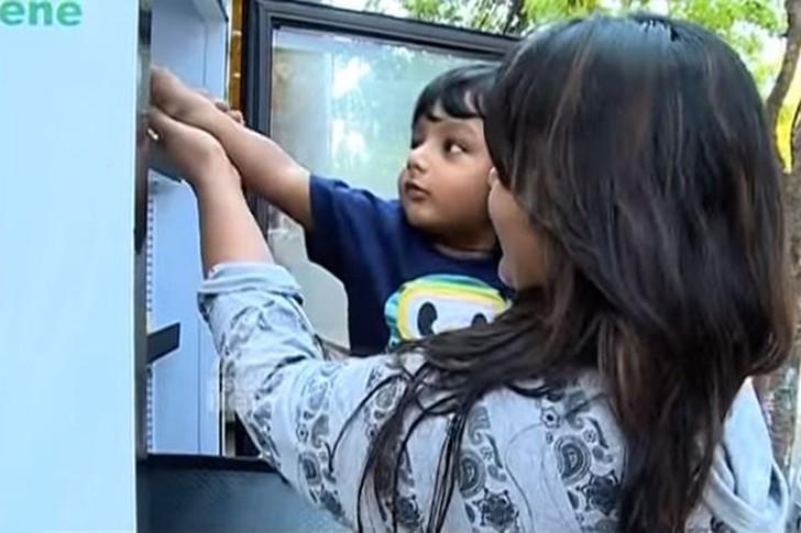 Владелица ресторана поставила холодильник с едой на улице, чтобы бездомные могли поесть