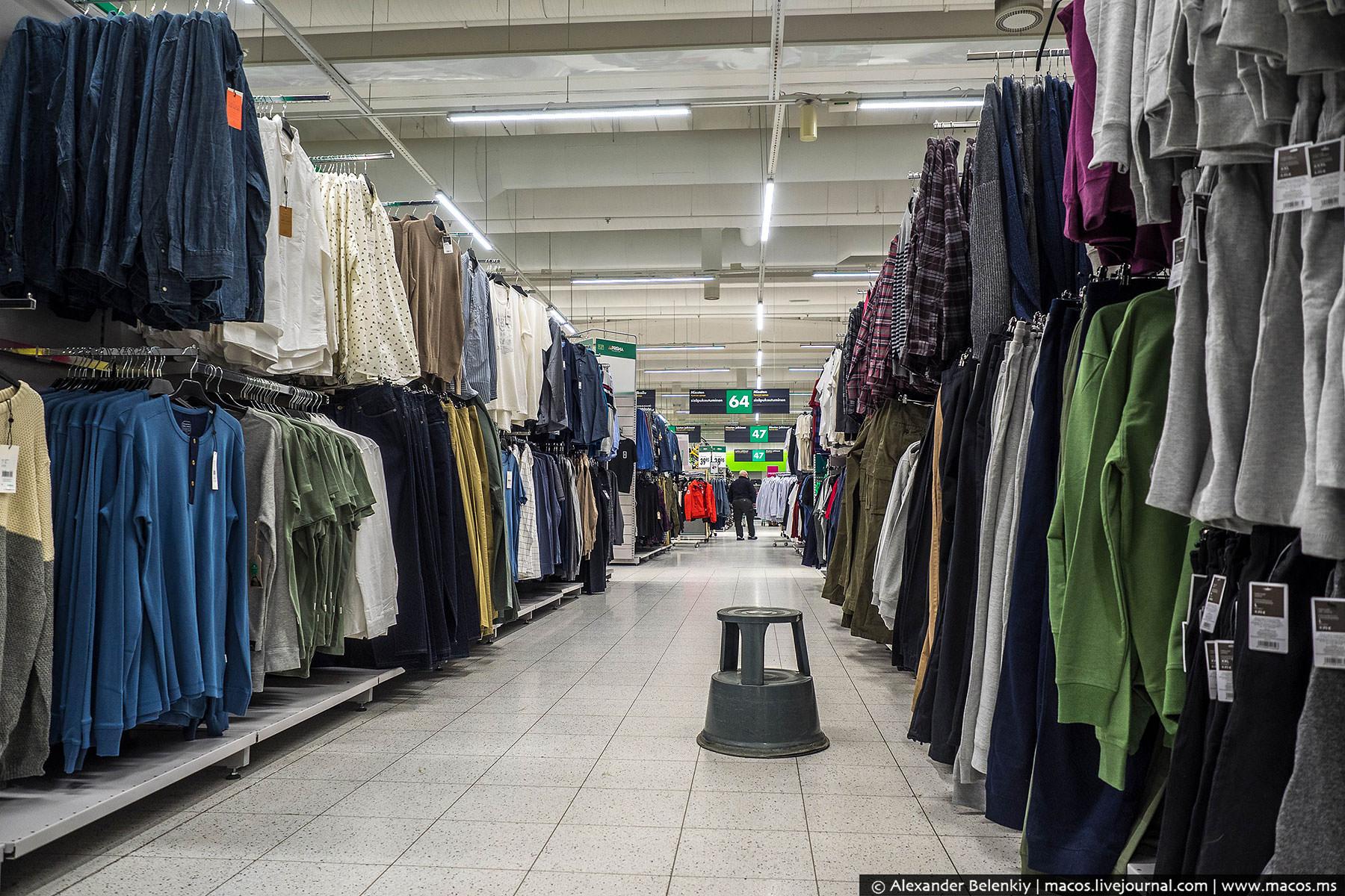 Как в любом подобном гипермаркете, продается здесь и одежда. Дешевая, но низкого качества и стремных
