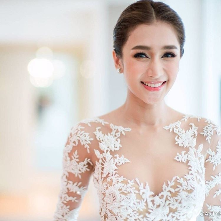Вместо одного наряда эта невеста надела шесть свадебных платьев (17 фото)