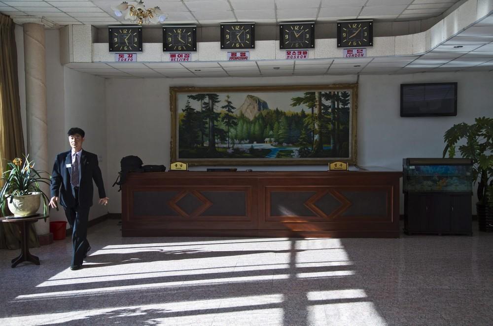 12. Сотрудник отеля для расселения иностранцев в Чхонджине. (Photo by David Guttenfelder / AP Photo)