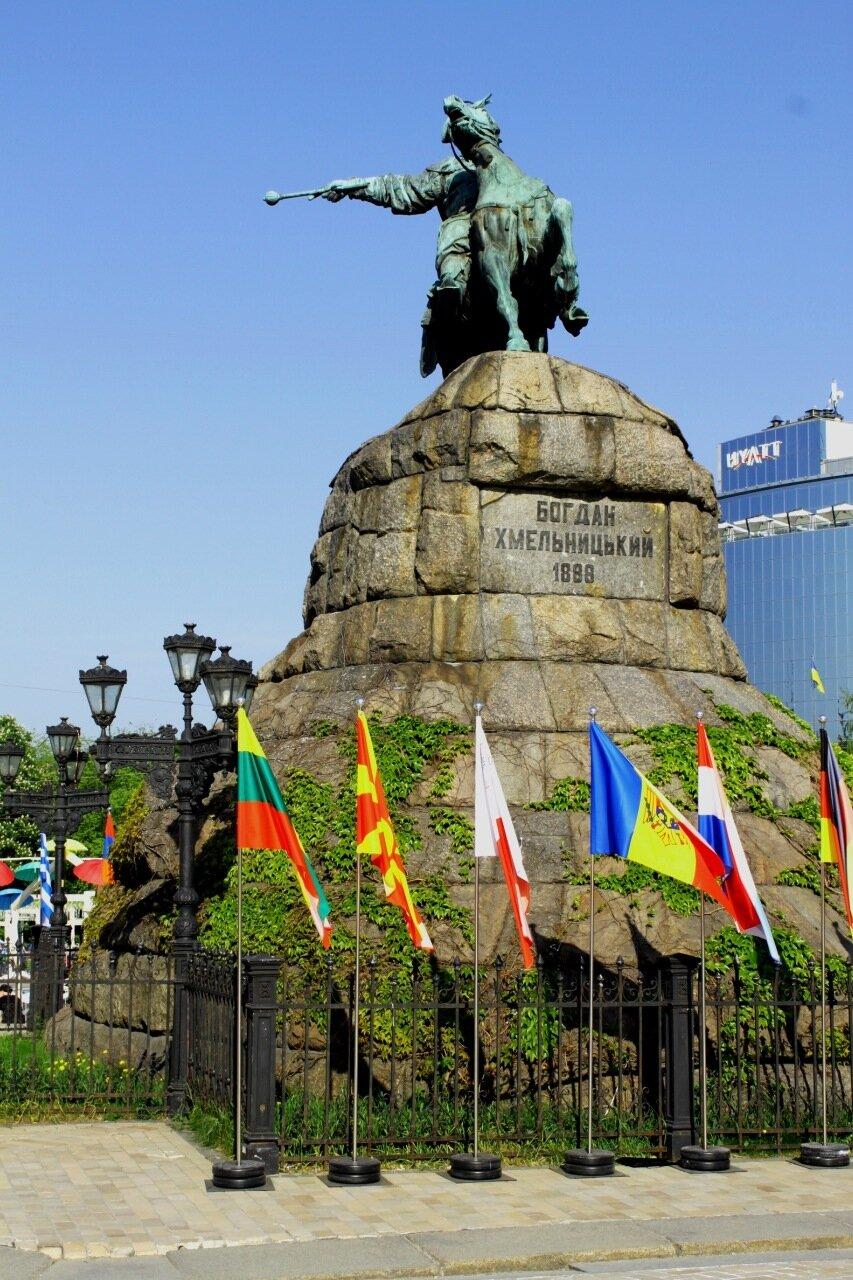 Флаги европейских стран под памятником Богдану Хмельницкому