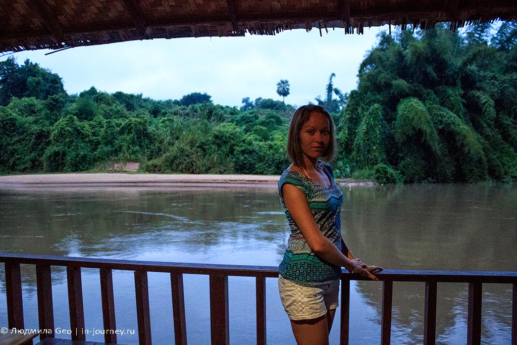 на террасе на фоне реки Квай