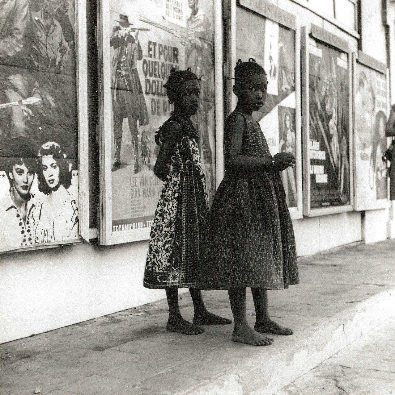 Сенегал. Дакар. Девочки возле кинотеатра
