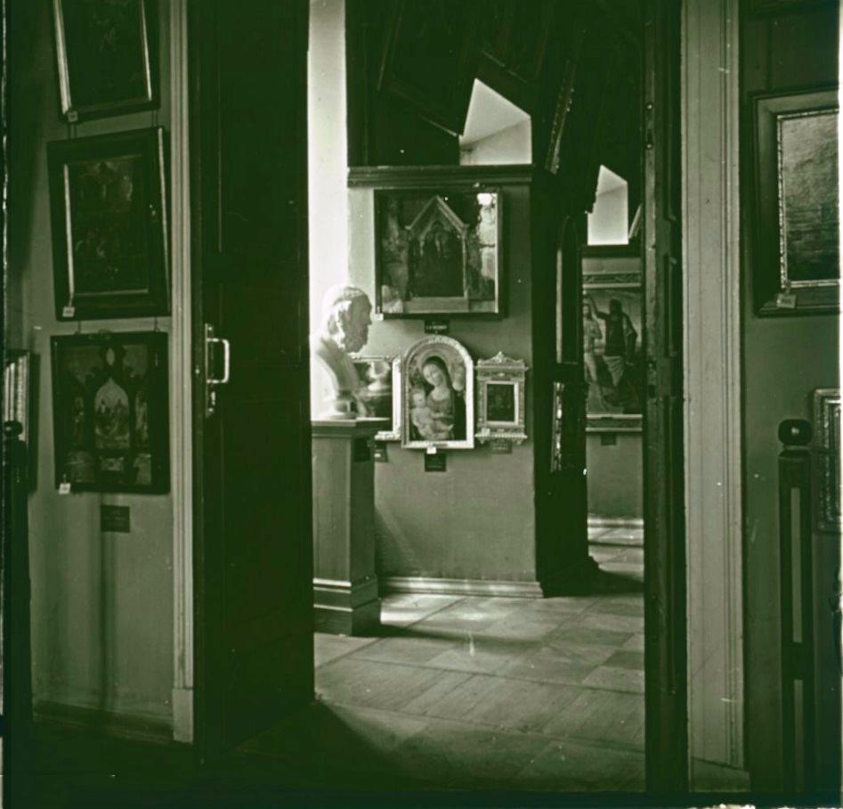 12. Вид из зала мастеров северной школы на зал итальянского искусства