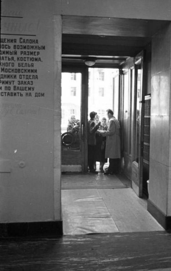 1961. У входных дверей в салон для новобрачных на проспекте Мира. Москва