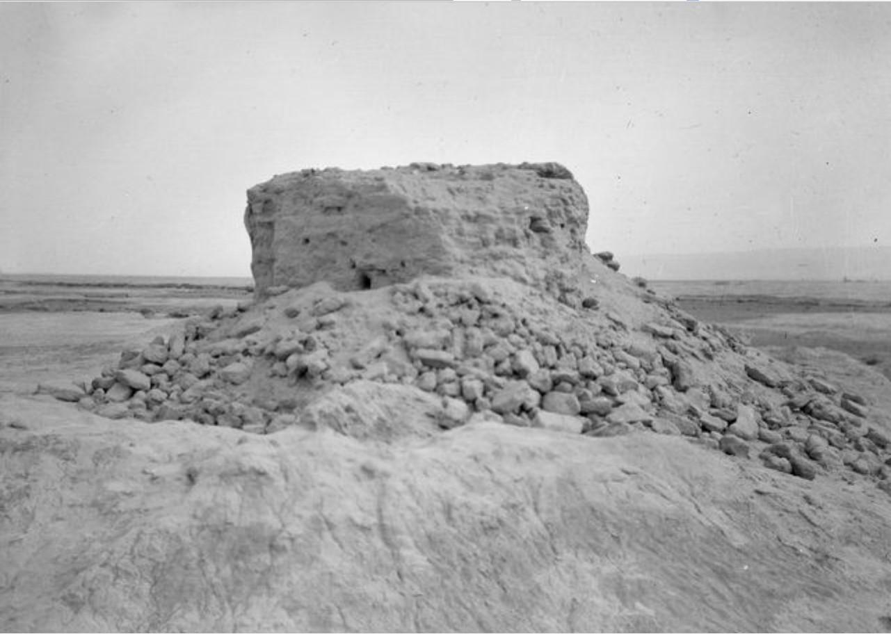 Руины восьмиугольной башни из необожженного кирпича  к востоку от Акуарина