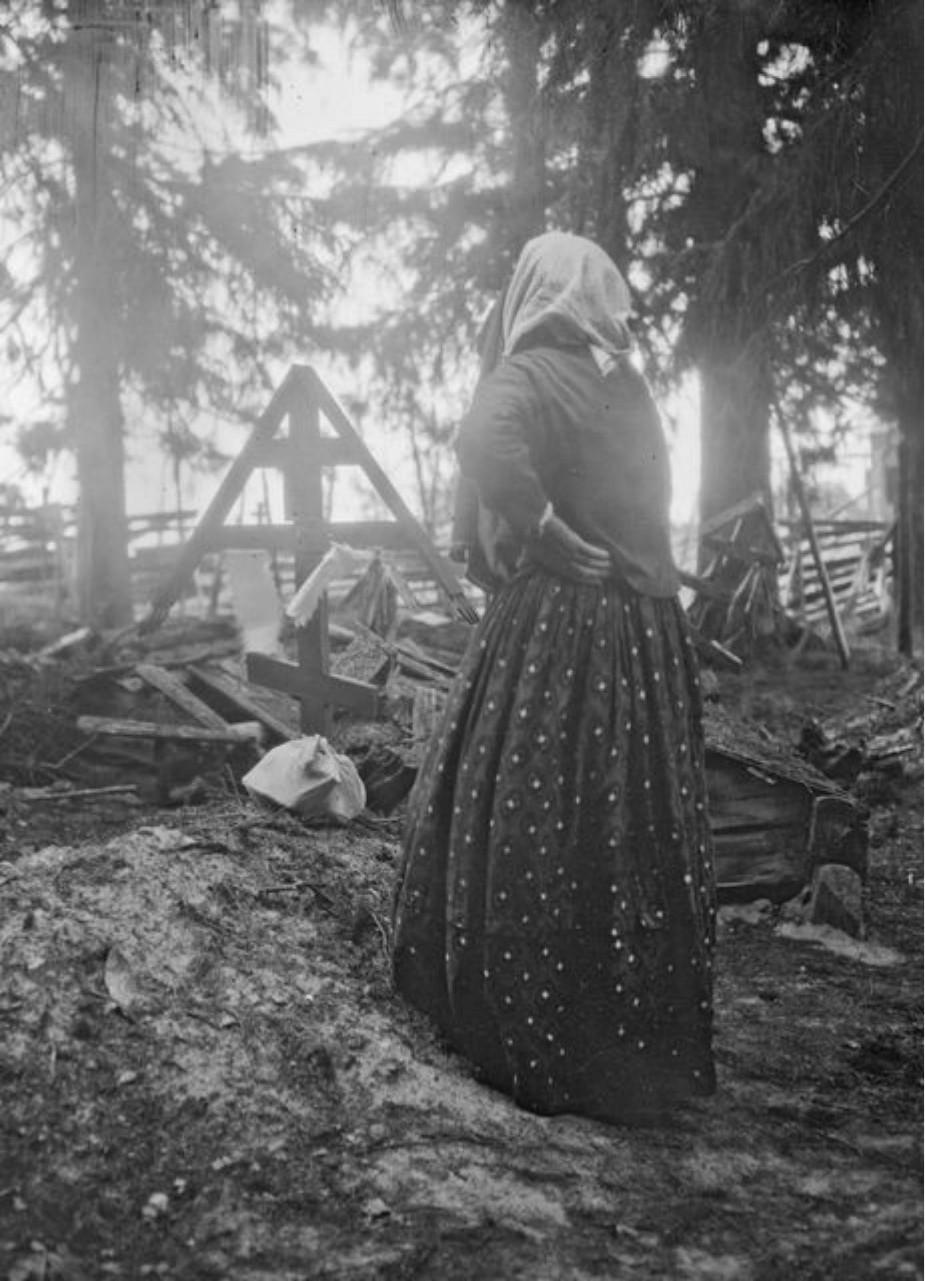 Вокнаволок. Стефания Кулевайнен у могилы покойного мужа