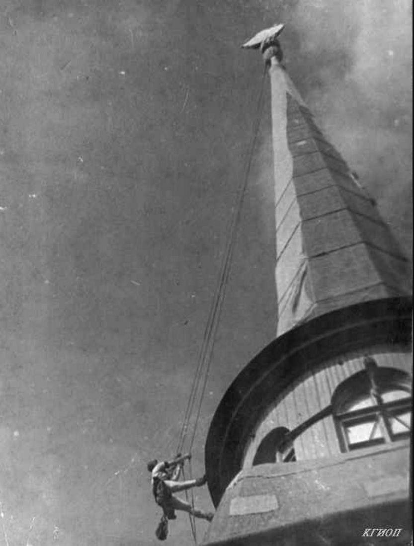 1942. Ремонт чехла на шпиле здания Адмиралтейства выполняет верхолаз О.А.Фирсова