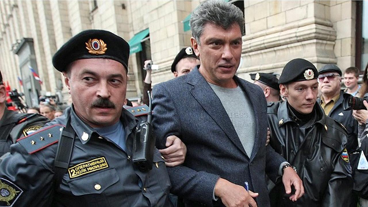 Прапорщик второго оперативного полка полиции задерживает Немцова в 2010 году