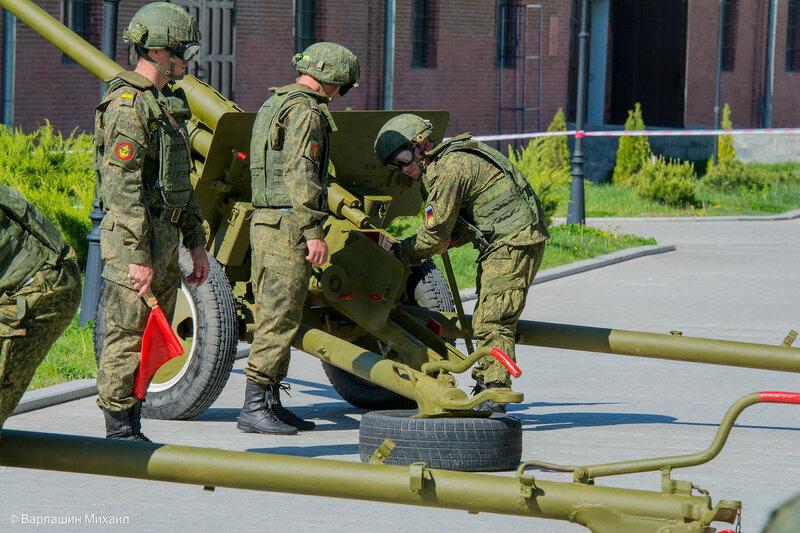 Парад Победы в Астрахани сопровождался артиллерийским салютом