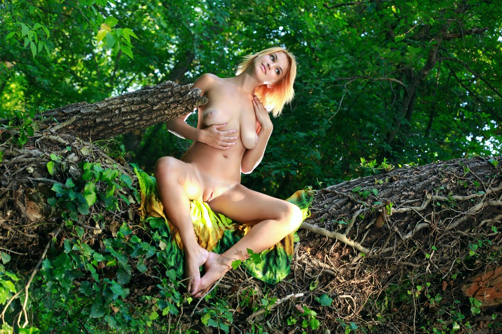 Обнаженная Violla в лесу