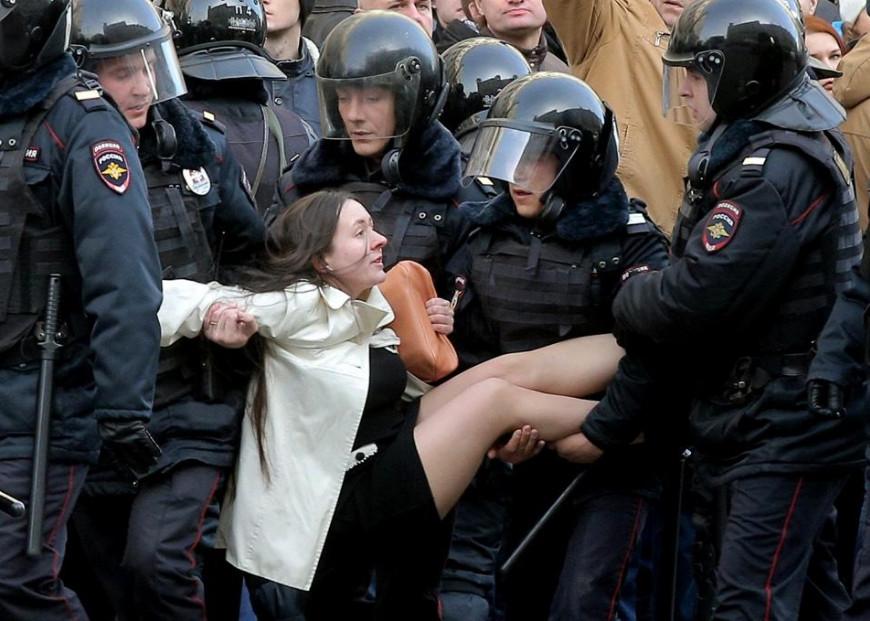 ДЕВУШКУ НЕСЕТ ПОЛИЦИЯ.jpg