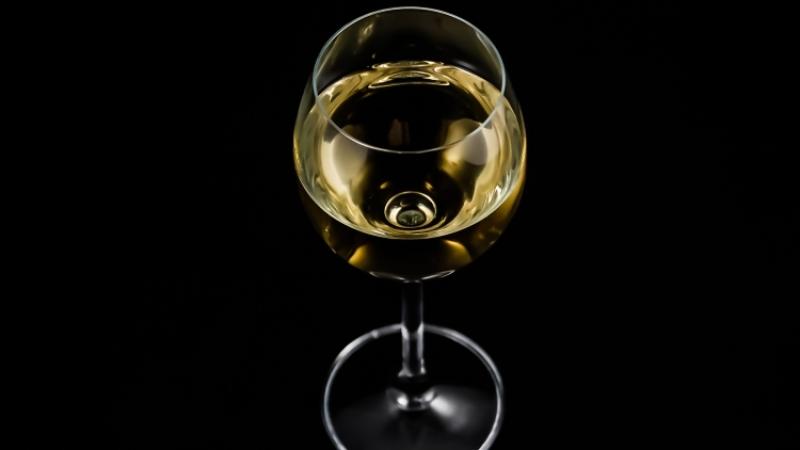 Ученые назвали опасность белого вина для женщин