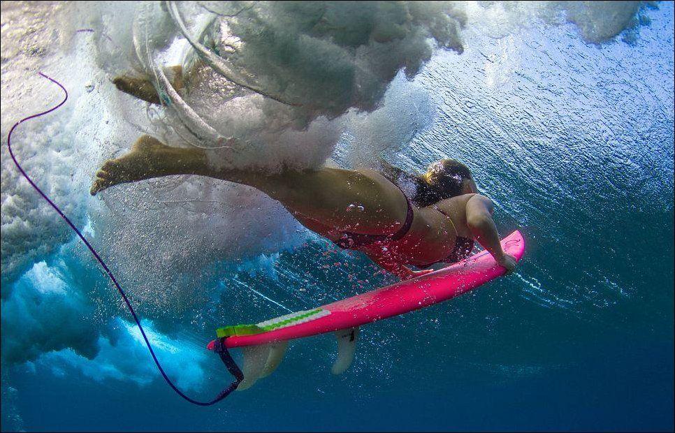 15 красивых фотографий девушек-серферов в океанских волнах