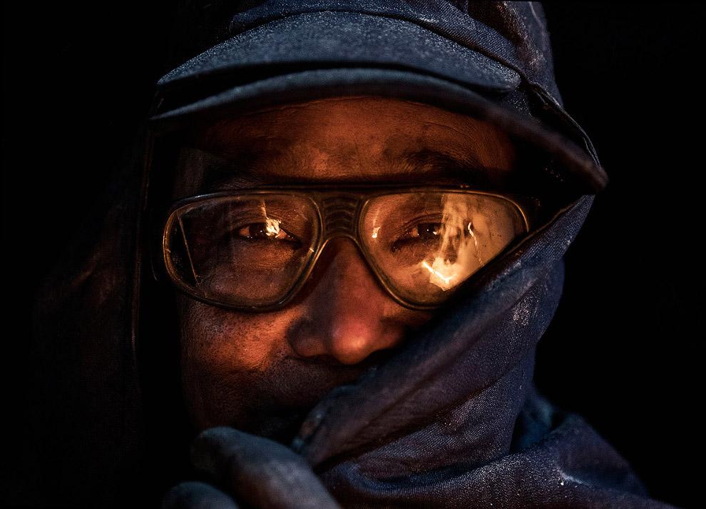 4. Горящий уголь и подпольный завод ночью выглядят очень эффектно. (Фото Kevin Frayer):