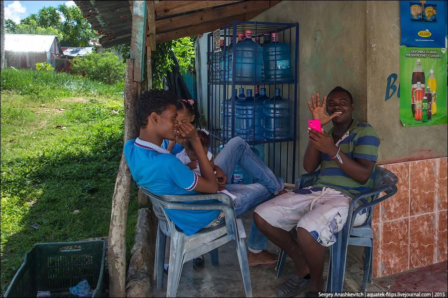 4. Вот типичная картина в любой доминиканской деревне: папа с мамой сидят, глядя на проезжающий тран