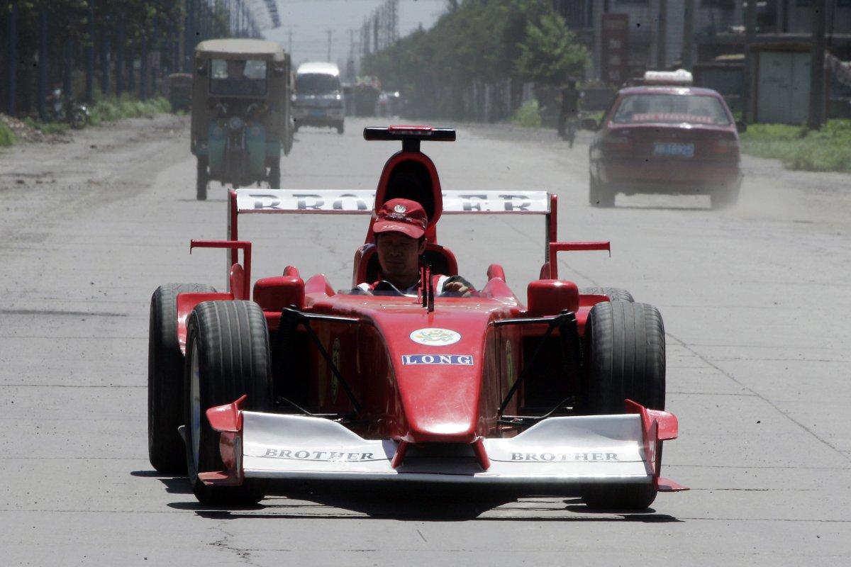 29. Чжао Сюго в самодельной копии авто «Формулы-1».
