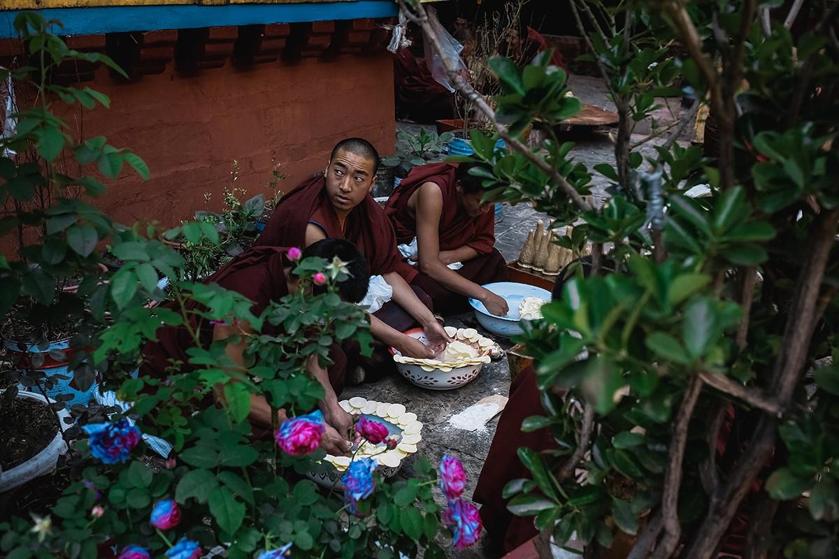 23. Когда мы осматривали Ташилунпо, несколько групп монахов изготавливало из ячменной муки и ячьего