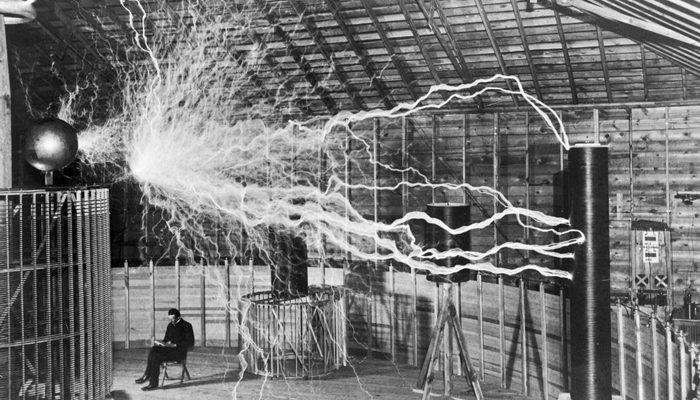 Никола Тесла много экспериментировал. Согласно легенде, как-то во время экспериментов Теслы в его ла