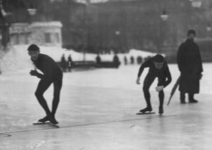 Конькобежцы на старте забега; слева - П.А.Ипполитов.