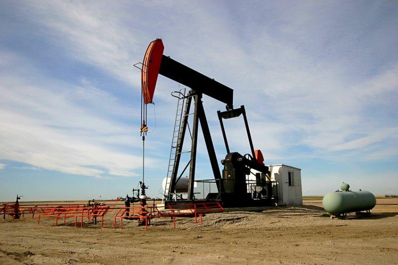 Стоимость нефти Brent остается выше $55 забаррель, WTI дешевеет сильнее