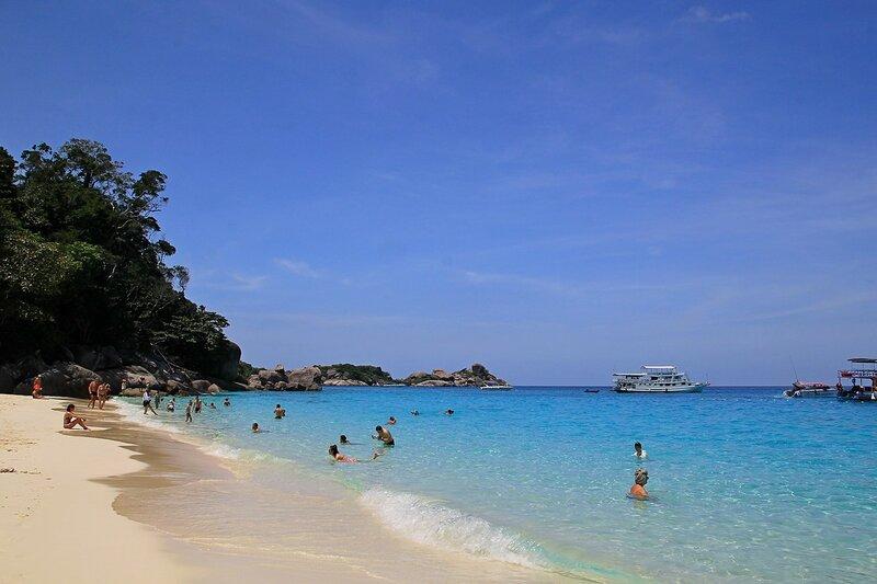 Лазурное море и коралловый песок в бухте острова Ko Miang - Снорклинг-тур на острова Симилан