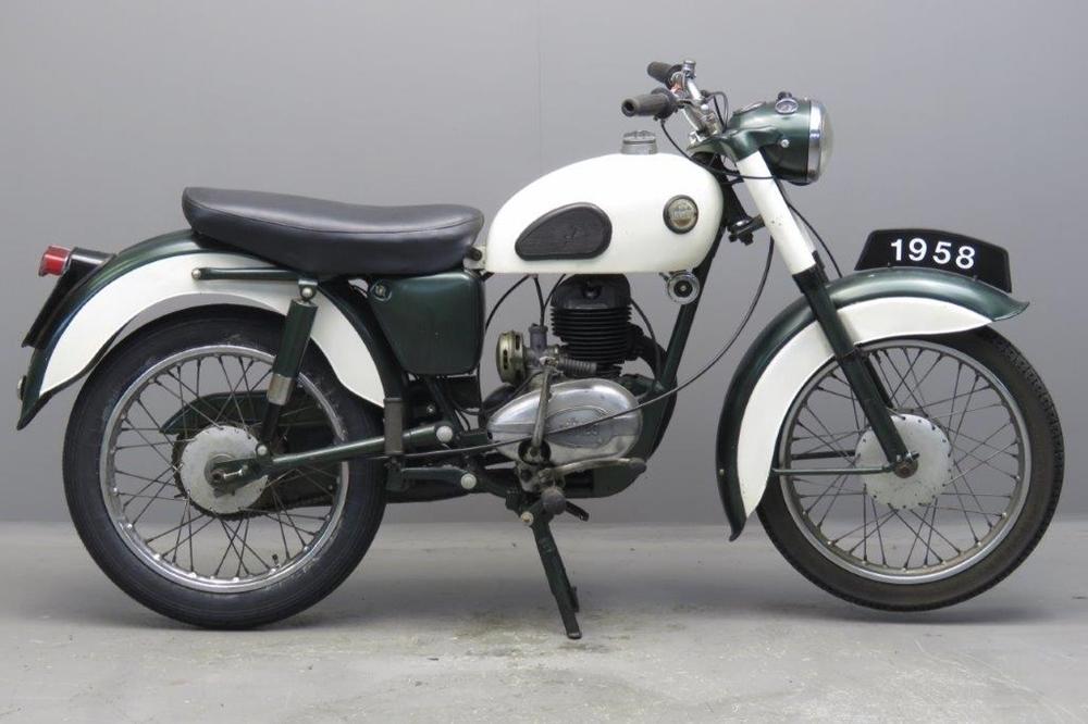 Старинный мотоцикл James Cadet L15 1958