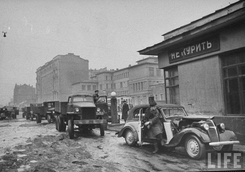 Бензоколонка на Плющихе, Москва, 1947 Архив журнала LIFE.jpg