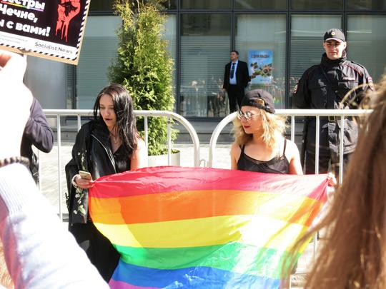 Мария Алёхина, её спутница и активистский флаг, 6 мая 2017 г., СС0/public domain