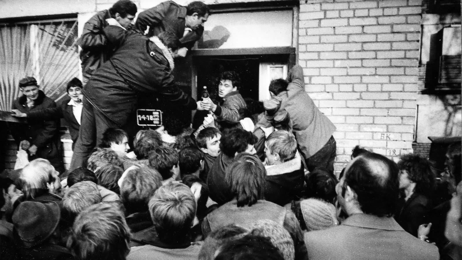 1988. Челябинск. У винного магазина