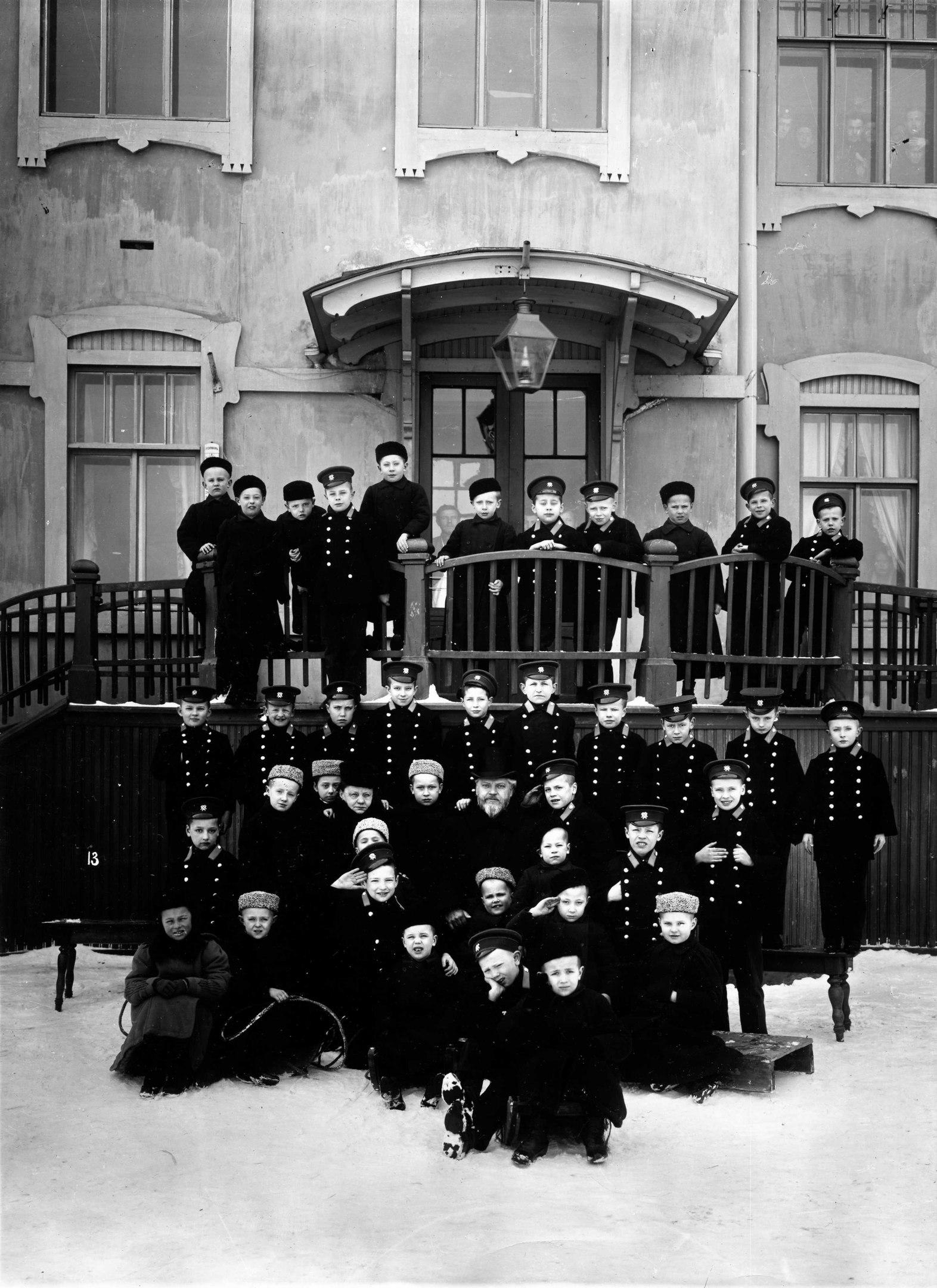 Ученики старших классов приюта принца Ольденбургского