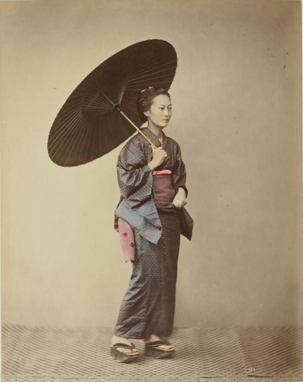 Молодая женщина с зонтом