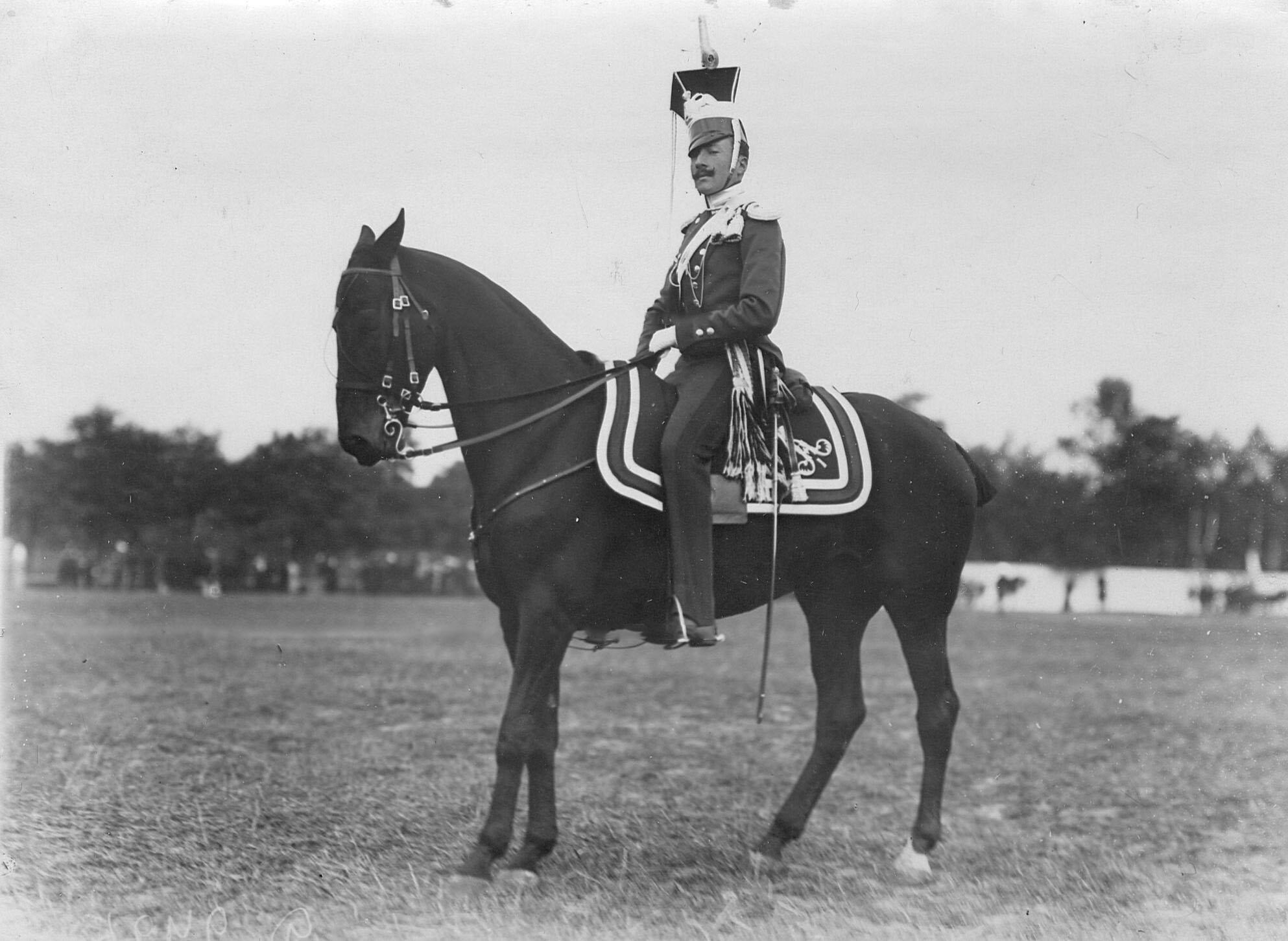 Офицер полка  в форме 1812 года на лошади в день празднования 250-летнего юбилея полка