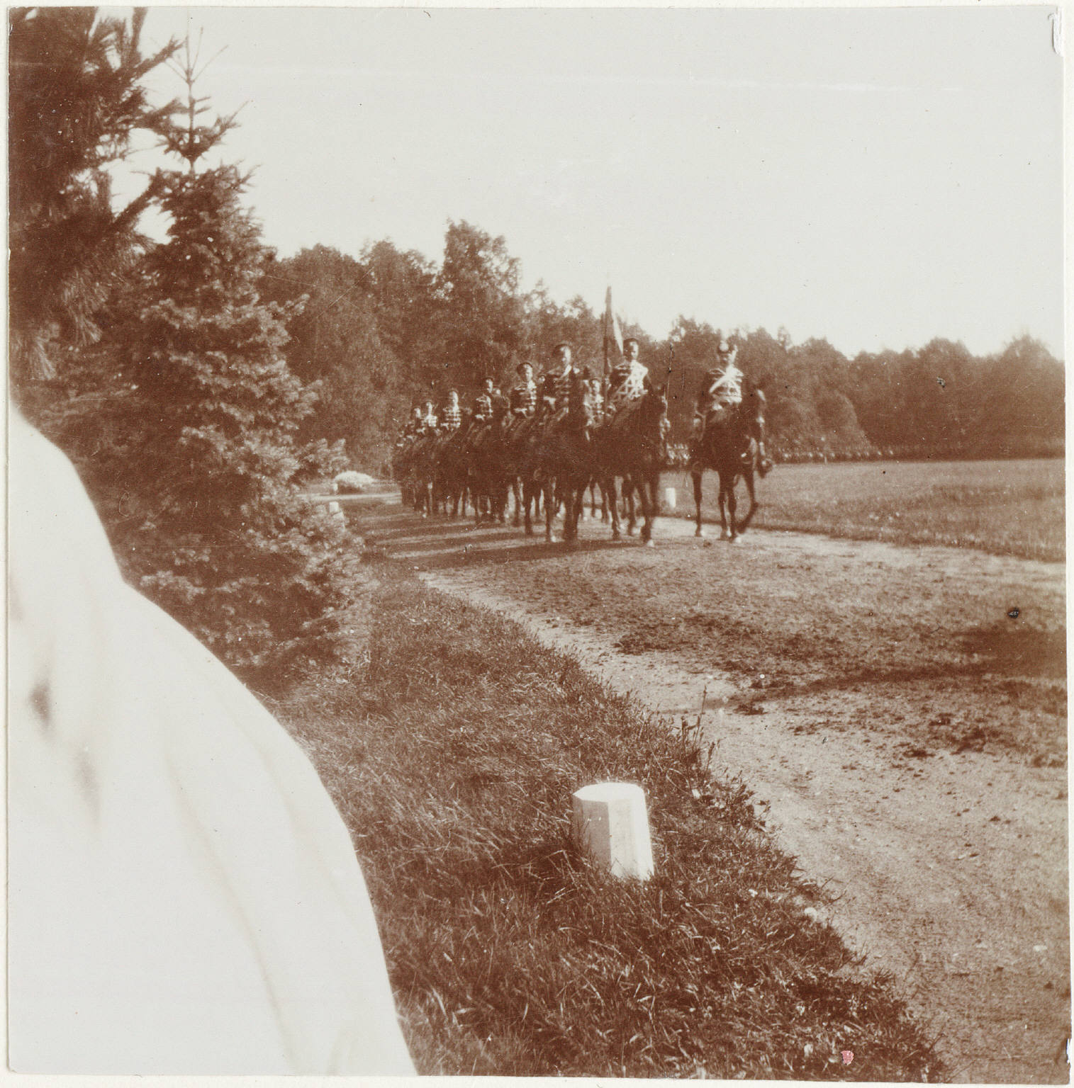 1909. Кавалерийский строй на дороге у Нижней дачи