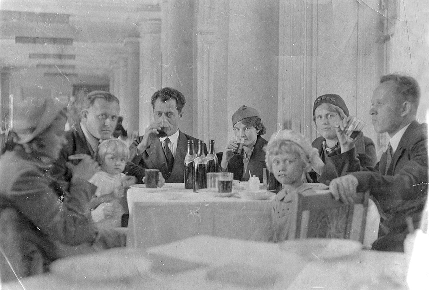 1938. В летнем ресторане