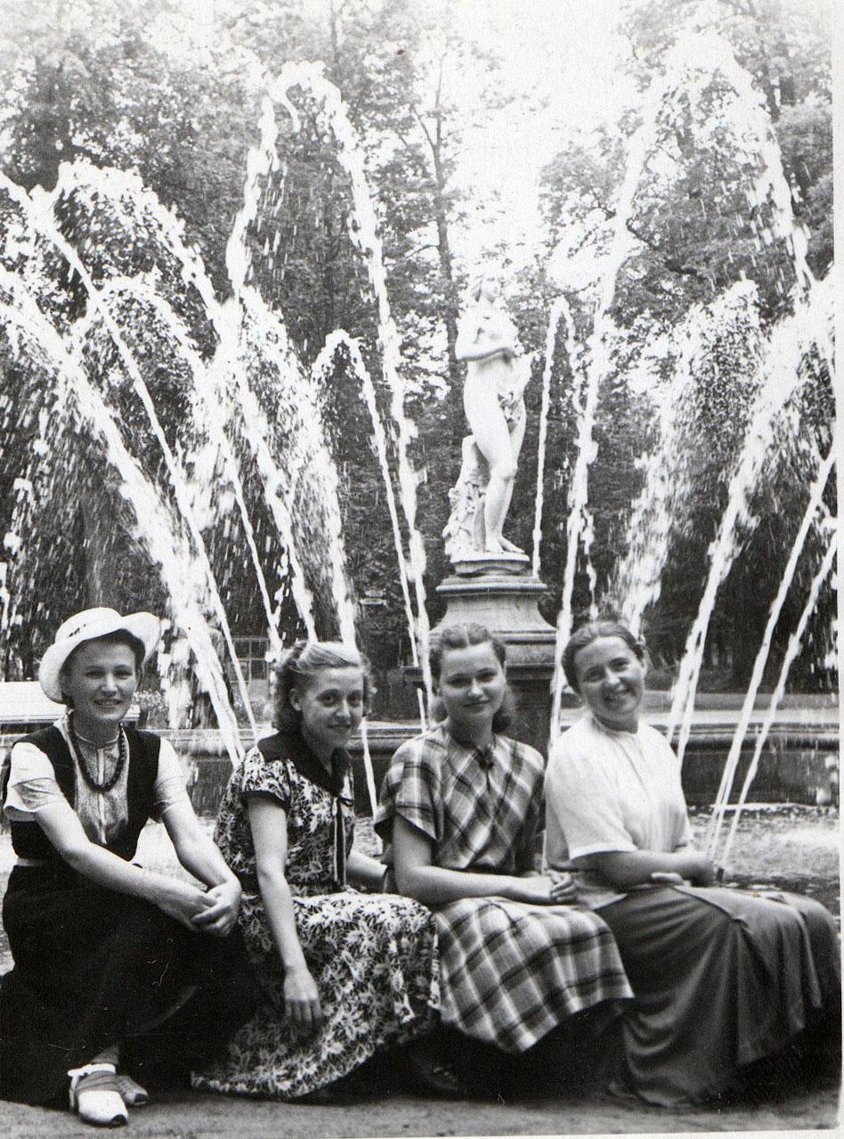 1954. У фонтана «Ева»