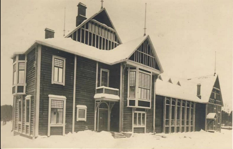 Общественный дом зимой