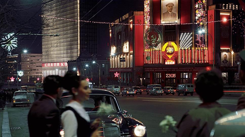 1969 Праздничное оформление на улице Горького в Международный День солидарности трудящихся. Иван Денисенко.jpg
