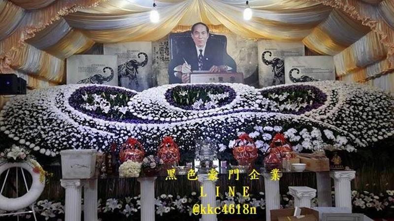 Веселые похороны: сын заказал 50 стриптизерш на похороны отца
