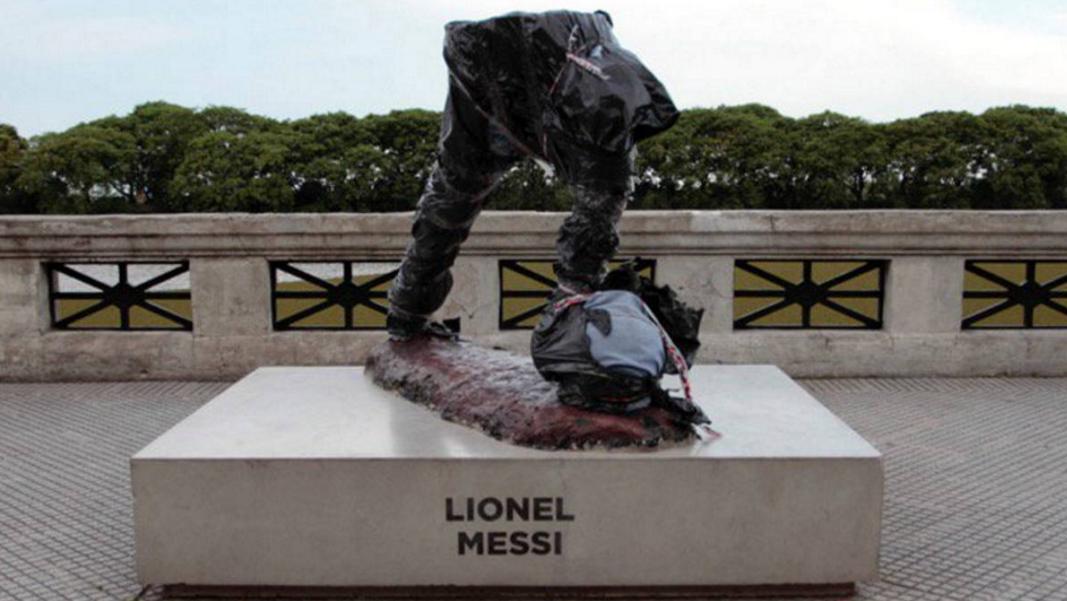 ВБуэнос-Айресе вандалы разбили монумент  Месси