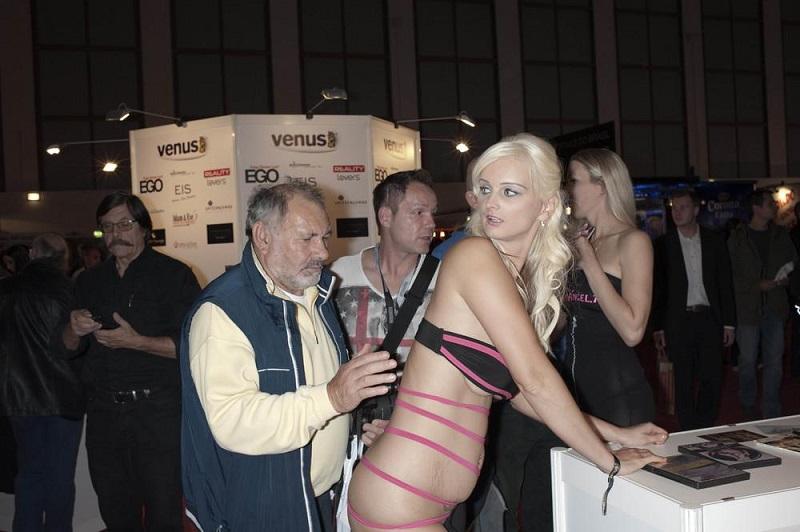 На выставке были представлены последние модели секс-кукол и прочих секс-штучек.