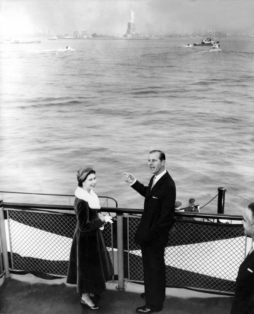 25. Королева Елизавета и принц Филипп на борту военного катера, везущего королевскую чету из Статен-