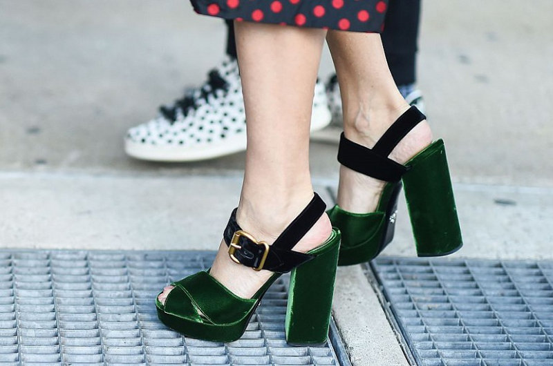 1. Найди самые плотные носки и надень их вместе с новыми туфлями.  2. Возьми фен и подсуши им сво