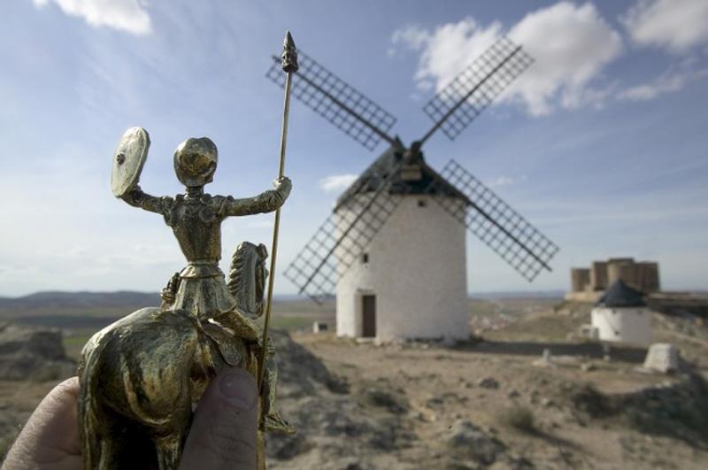 2. Сувенирный Дон Кихот на фоне мельницы в Ла Манче, Испания.