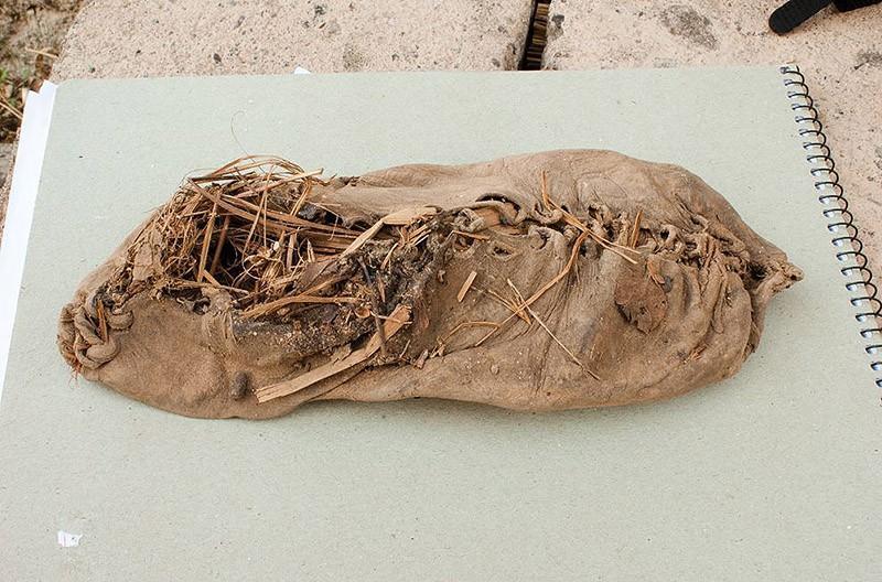 5. Самый старый башмак (5500 лет). Этот 5500-летний мокасин из коровьей шкуры был найден в пещере в